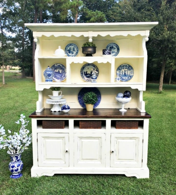 White hutch with blue accessories looks beautiful
