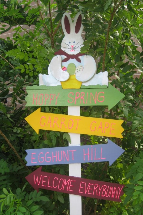 Happy Easter bunny sign: a cute update of an old sign. Fun spring project. #easterbunny #easter #easterbunnysign #spring #springsigns #recycle